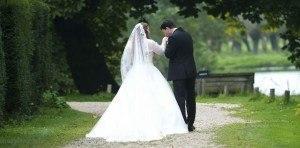 Bruidspaar op rug naar Kapschuur bew