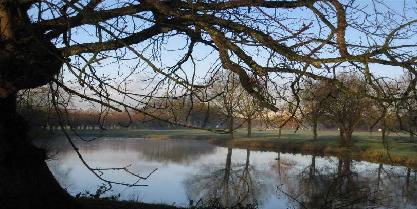 Kasteel Sterkenburg: zicht op de vijver